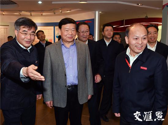省委书记娄勤俭参观江苏大学校史博物馆。记者 肖勇摄