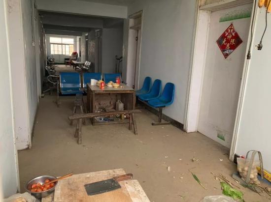 卫生所目前已关闭,从窗户向内看,依旧能发现这里有做饭的痕迹