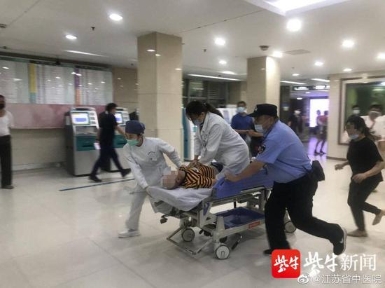突发!医院内男子倒地 医生跪在转运平车上为他心肺复苏