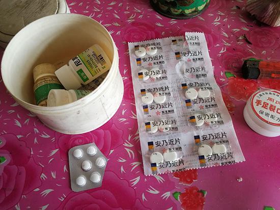 齐佐军床前放了不少药物。澎湃新闻记者 朱远祥 图