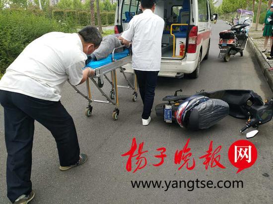 此后,在围观群众的帮助下,众人将病人搬运到救护车上,并送往江大附院治疗。