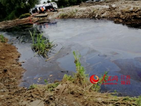 一辆槽罐车正在从污染的农灌渠内抽出漂浮着废油的污水。记者王继亮摄