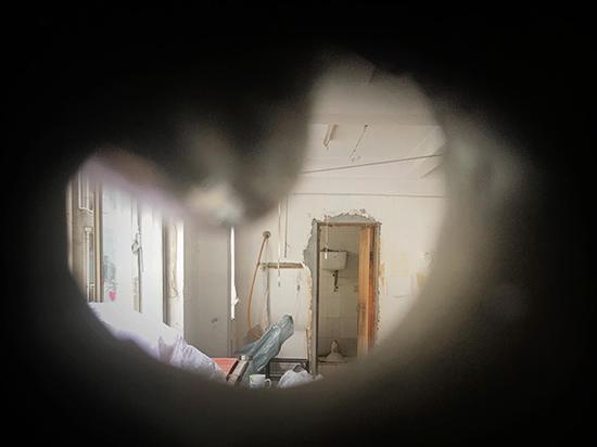 门店和工厂楼上曾经都是工人宿舍区,如今都已经人去楼空。