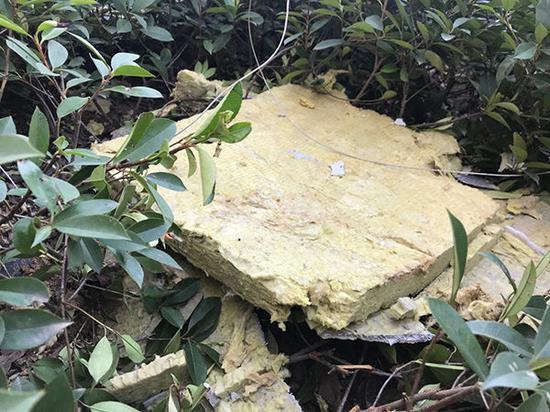保温棉和外部的水泥层整块掉落在楼下。
