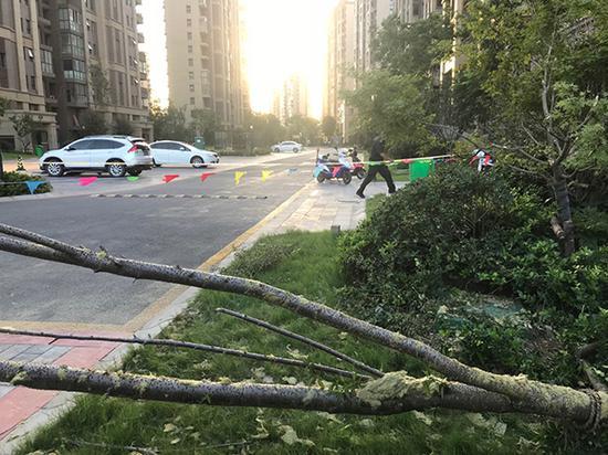 记者准备离开时,发现保安在事故现场再拉了一道警戒线。