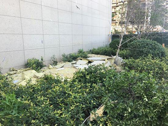 刮落的墙皮凌乱了堆放在楼下,外面已围起绿色围挡。