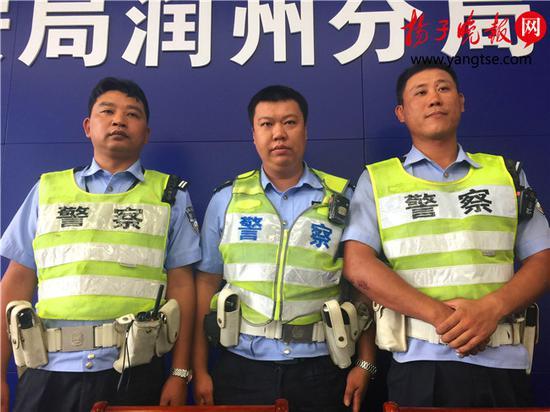 奋勇擒凶的镇江润州交警,从左向右依次为:王伟华、张江驰和郑月鹏。