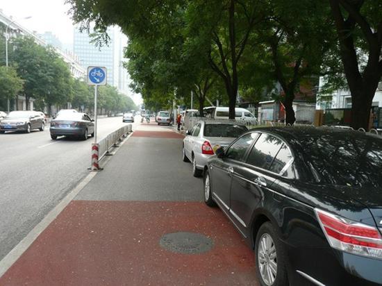 狭路相逢 自行车道变成停车场 自行车如何回归城市