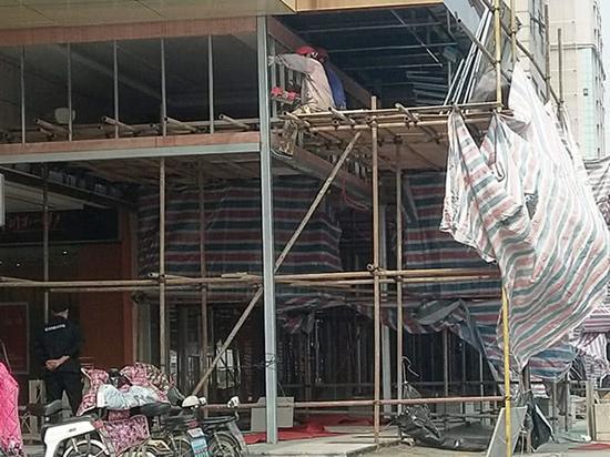 利群时代超市二店外面塑料布遮挡着,正在施工。