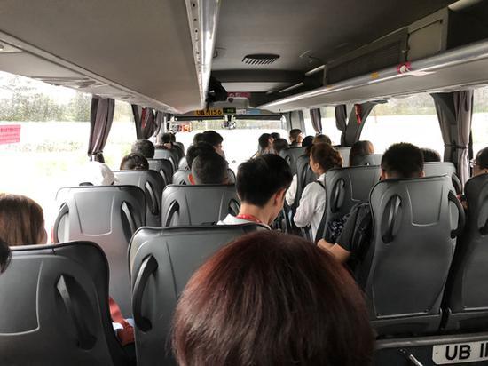 穿梭巴士进入海底公路沉管隧道时,多位乘客欢呼鼓掌。