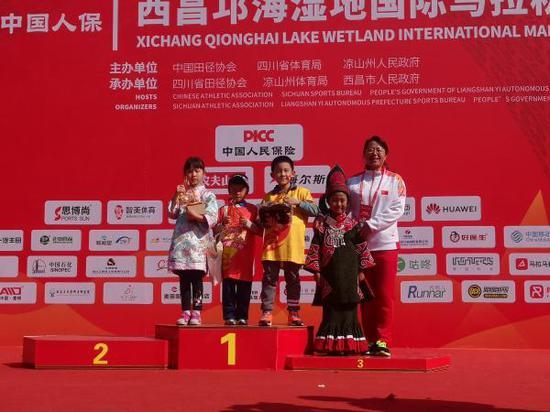 西昌邛海湿地国际马拉松让更多人有机会感受到少数民族的魅力。
