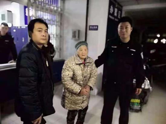 老人女婿到派出所接老人回家。翠屏公安分局供图