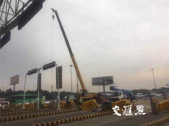 """图片说明:江阴大桥主线收费站""""物理拆除""""现场。黄强摄"""
