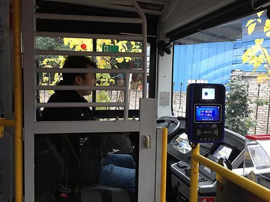 22路公交车上的安全门。