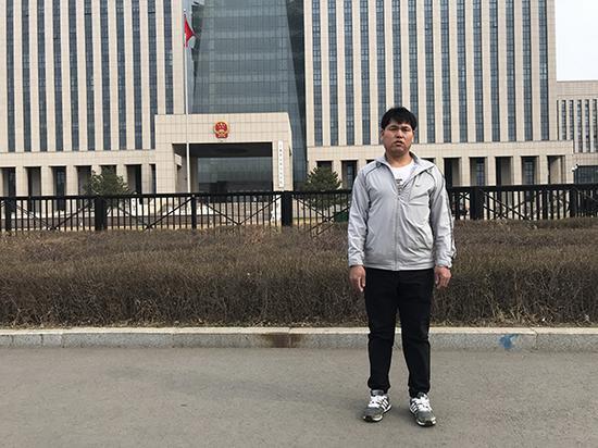 刘忠林在吉林省高院门口。澎湃新闻记者 宋蒋萱 资料图