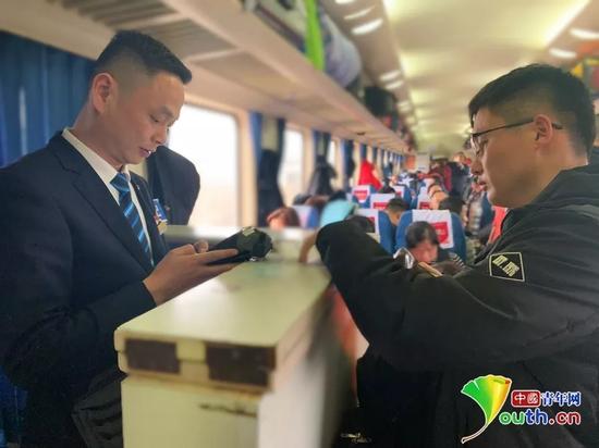 一名旅客来到服务台申请补票,阮俊俊开始给乘客办理。