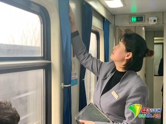 将卧铺席位的乘客车票全部换为票牌后,姜珊开始进行车厢整理工作。