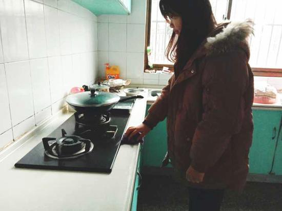 能干乖巧的夏敏洁在厨房忙碌。