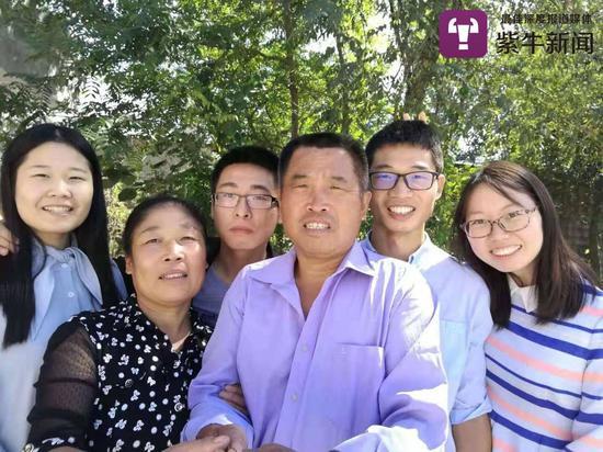 夫妻俩和刘燕(左一)刘相(右二)以及其朋友的合影