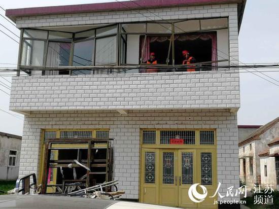 援建施工人员正在四港村修缮受损民房。记者王继亮摄