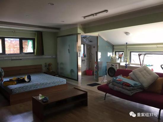 雏菊之家的房间内,特大号双人床可供家长陪着孩子一起入睡。  新京报记者 周世玲 摄