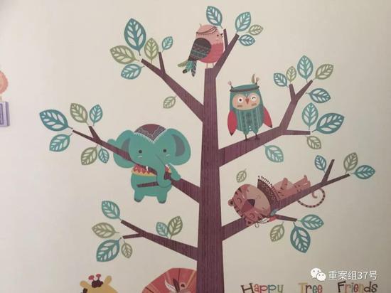 雏菊之家的墙上,贴着小动物和大树的墙贴。   新京报记者 周世玲 摄