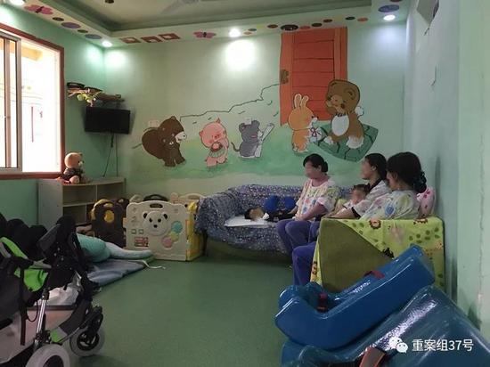 3月20日午饭后,蝴蝶之家的护理阿姨正在哄孩子睡觉。  新京报记者 周世玲 摄