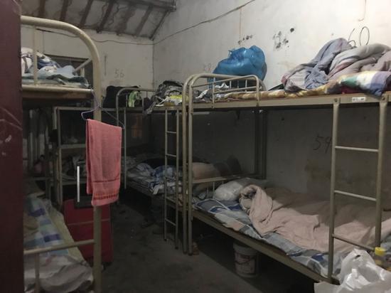 廉价旅馆里的高低床。新京报记者祖一飞摄
