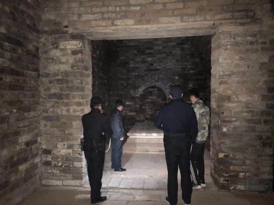 福清公主墓被清理后,工作人员在夜晚进行巡查。受访者供图