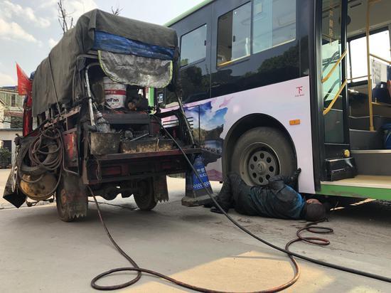 王殿明给客车打黄油。 新京报记者 付松摄