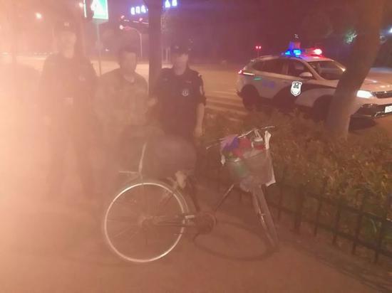 嫌疑人骑自行车被警方查获。 来源:警方供图