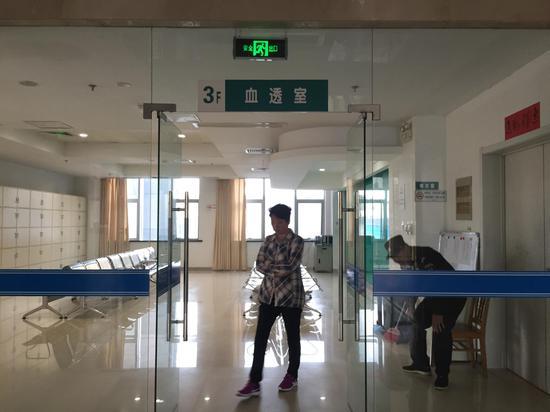 5月27日,东台市人民医院血透室家属休息区。 新京报记者张惠兰 摄
