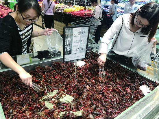 超市龙虾已经打出了17.98元/斤的特价。