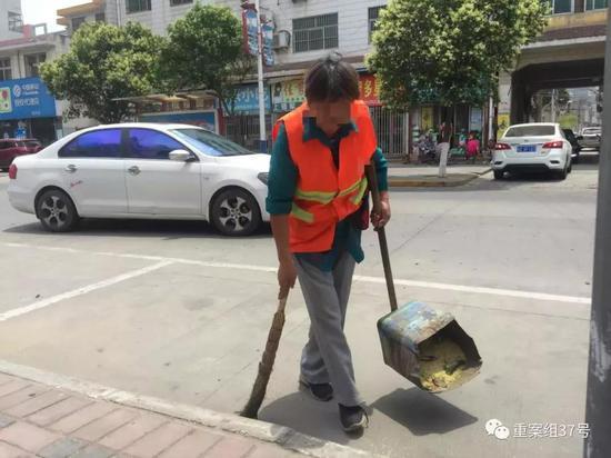▲2019年6月14日,被害人杨战平的母亲陈花娃正在清扫街道,补贴家用。新京报记者 韩茹雪 摄