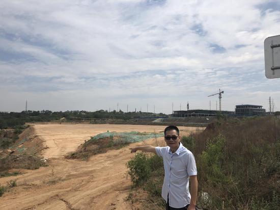 2019年6月12日,童国雄的代理人向记者指出万国商汇项目所在地,仍有大片土地未开发。 新京报记者 卢通 摄