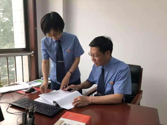 """潍城区检察院""""零口供""""猥亵儿童案承办人在研讨案件。 潍城区检察院供图"""