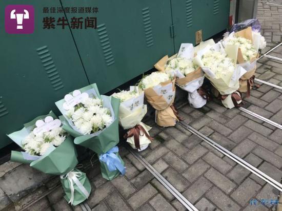 常州市民为逝者送上了一束束白花