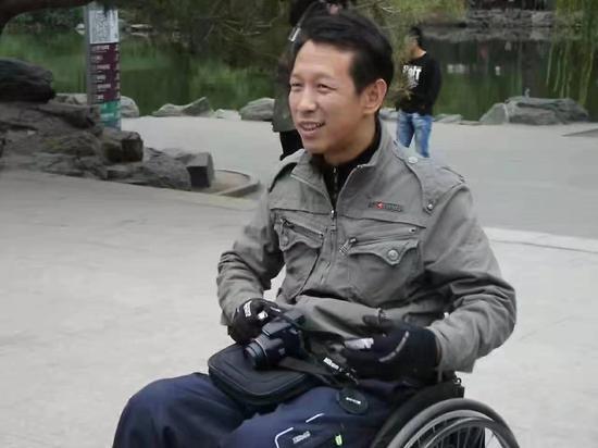 文军生前在公园游览。受访者供图