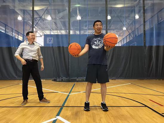 杨安泽(右)与孙晓光在打篮球