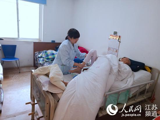 南通市第一人民医院护士周亚南上门为患者提供义务护理服务。记者王继亮摄