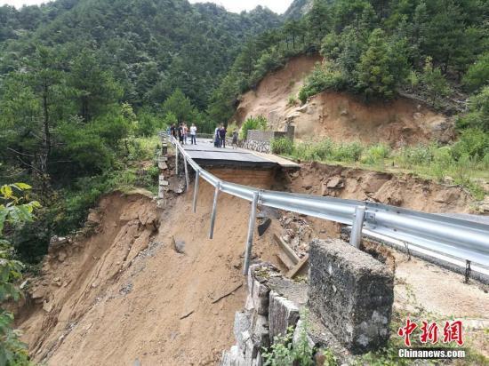 """8月11日,绩溪X081家荆公路被雨水冲断。台风""""利奇马""""给安徽东部地区带来强降水,造成公路交通中断。中新社发 钟欣 摄"""