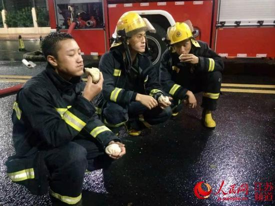 """抗击台风""""利奇马""""期间,吉侯牛培(左一)和队员们在休息间隙。"""