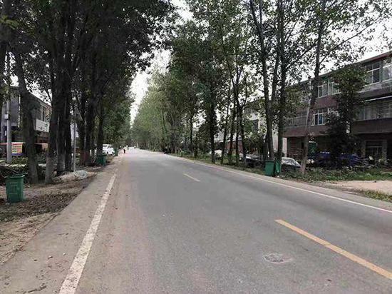 穿村而过的县道。 澎湃新闻记者 段彦超 图