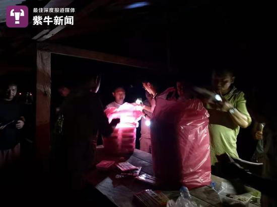华人志愿者在参与救援