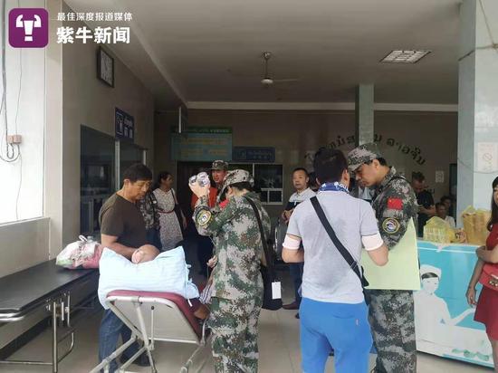 老挝中老国际医院内中国军人在参与救援