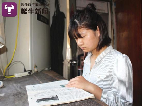 张哲在看书