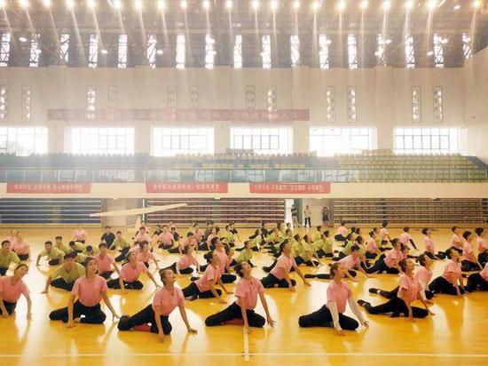 淮阴师范学院音乐学院舞蹈系学生在进行中秋晚会节目排练