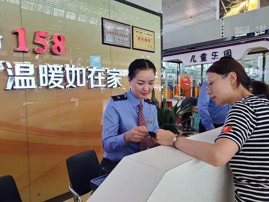 车站工作人员向旅客提供引导服务