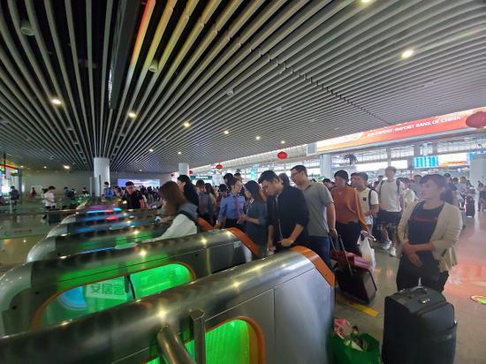 旅客有序排队刷卡进站