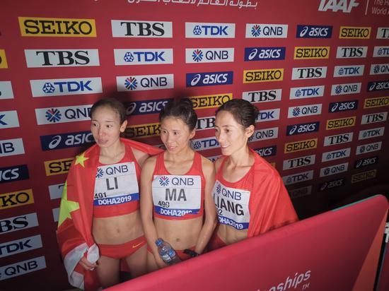 梁瑞(右)、李毛措(左)和获得第五名的马发颖在比赛后合影。新华社记者 刘宁